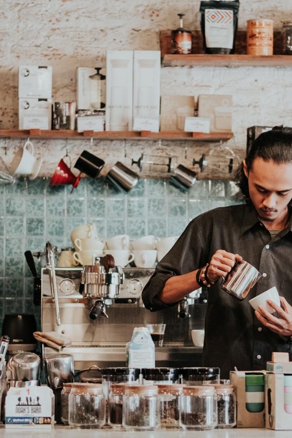 Trendig kille som vill handla från grossist till sitt café